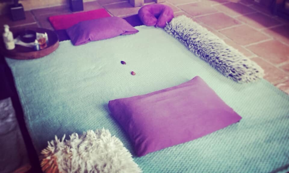 Le massage est donné sur futon