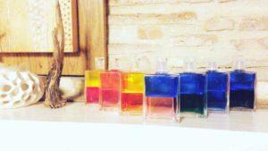 Les produits Aura Soma accompagnent parfois la séance de leurs fragrances colorées, naturelles et vibrantes.