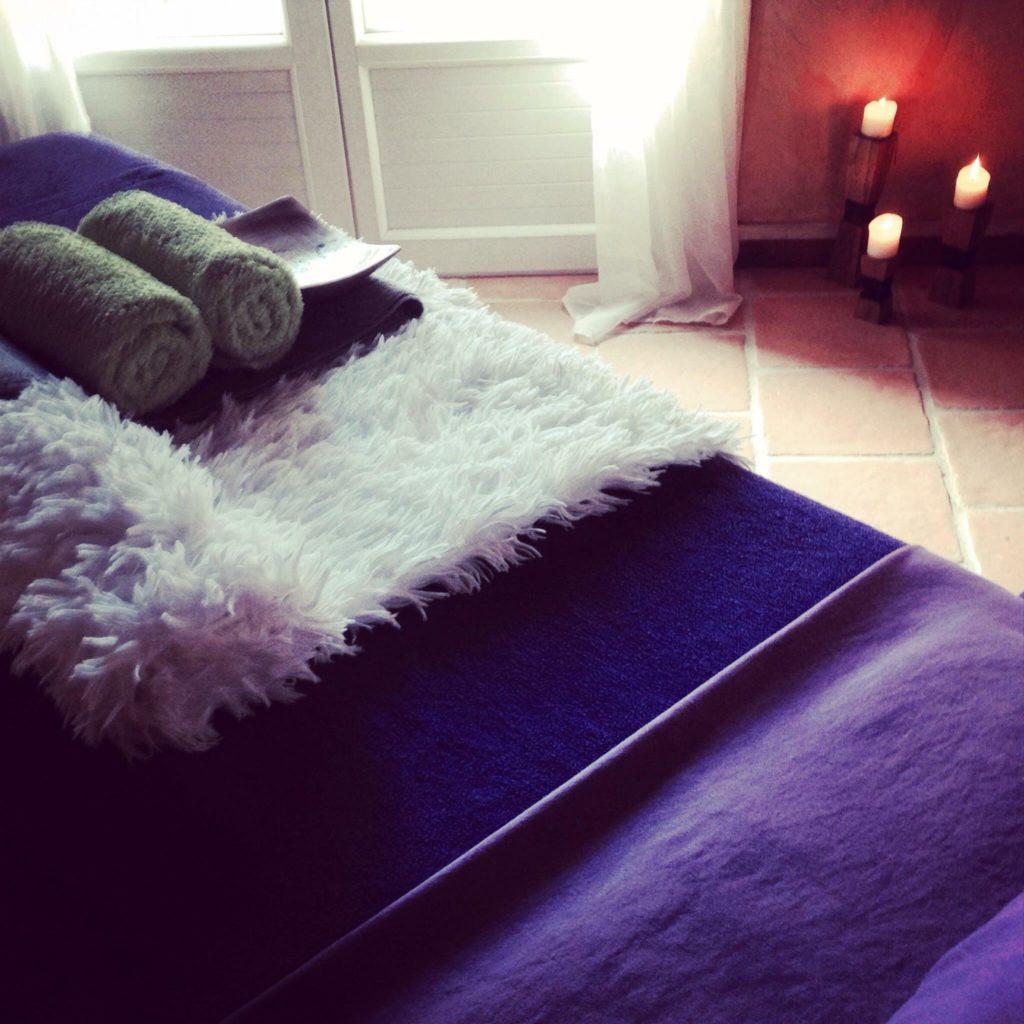 Le massage Tuina s'applique à débloquer / stimuler l'énergie et restaurer une circulation fluide et harmonieuse du Qi (énergie) dans l'ensemble du corps.